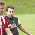 Hautnah bewacht: Der Grebensteiner Sebastian Feuring (rechts) ließ Hombressens Torjäger Dominik Lohne nicht zur Entfaltung kommen. Foto:Michl